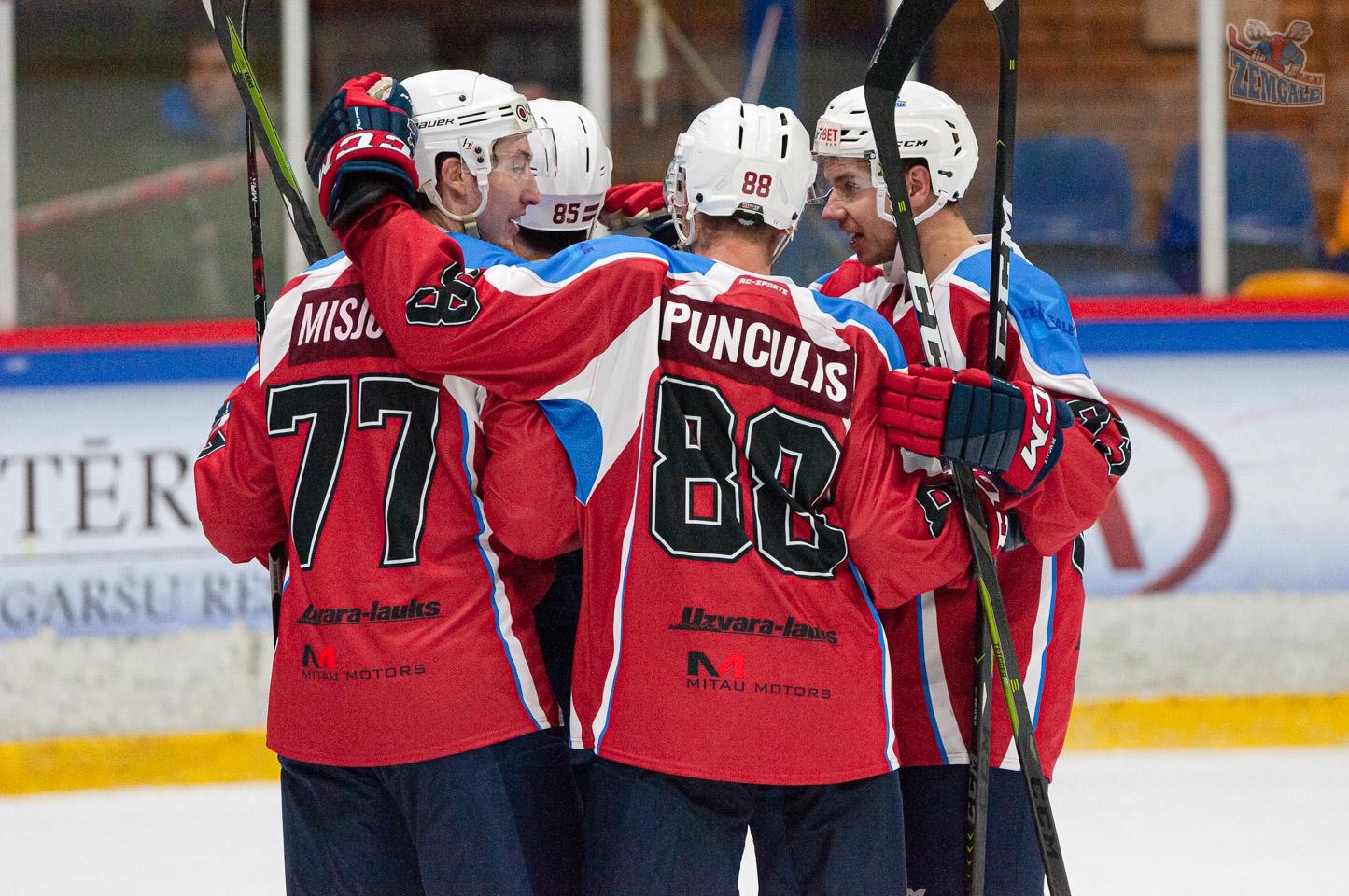 Hokejisti sveic viens otru ar vārtu guvumu