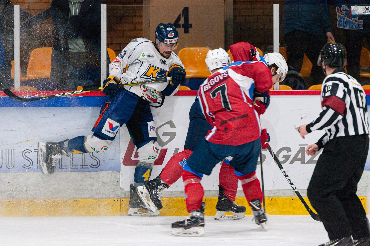 Hokejists ietriecas bortā