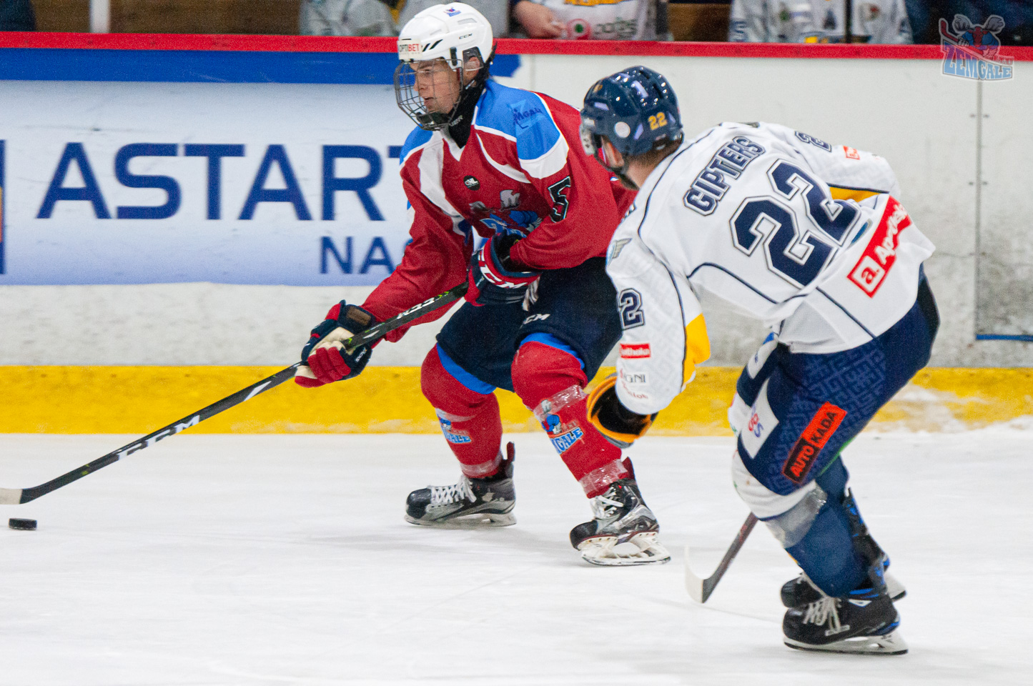 Hokejists mēģina apspēlēt otru hokejistu