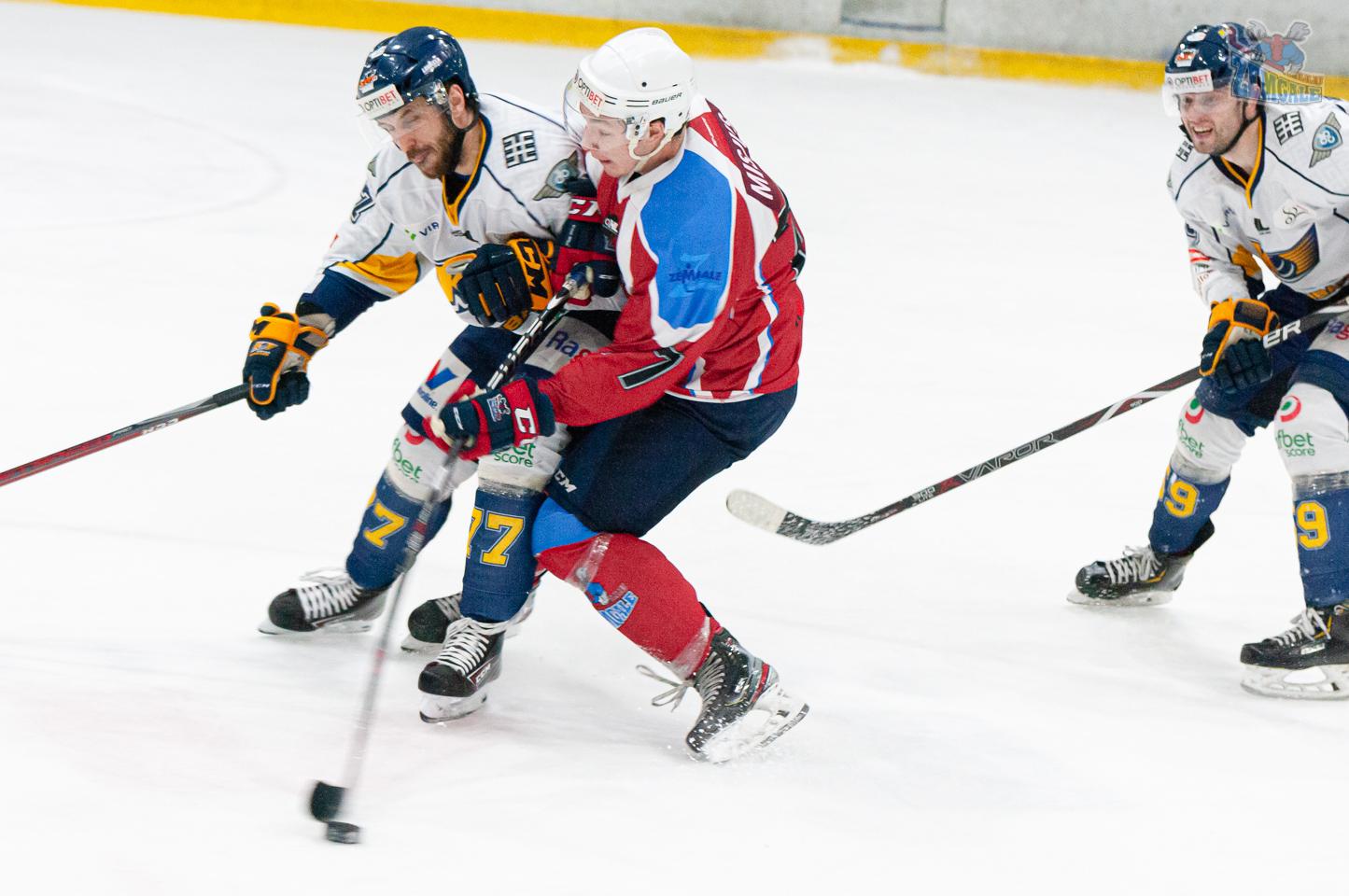 Hokeja aizsarga spēka paņēmiens pret uzbrucēju, kurš veic metienu uz vārtiem