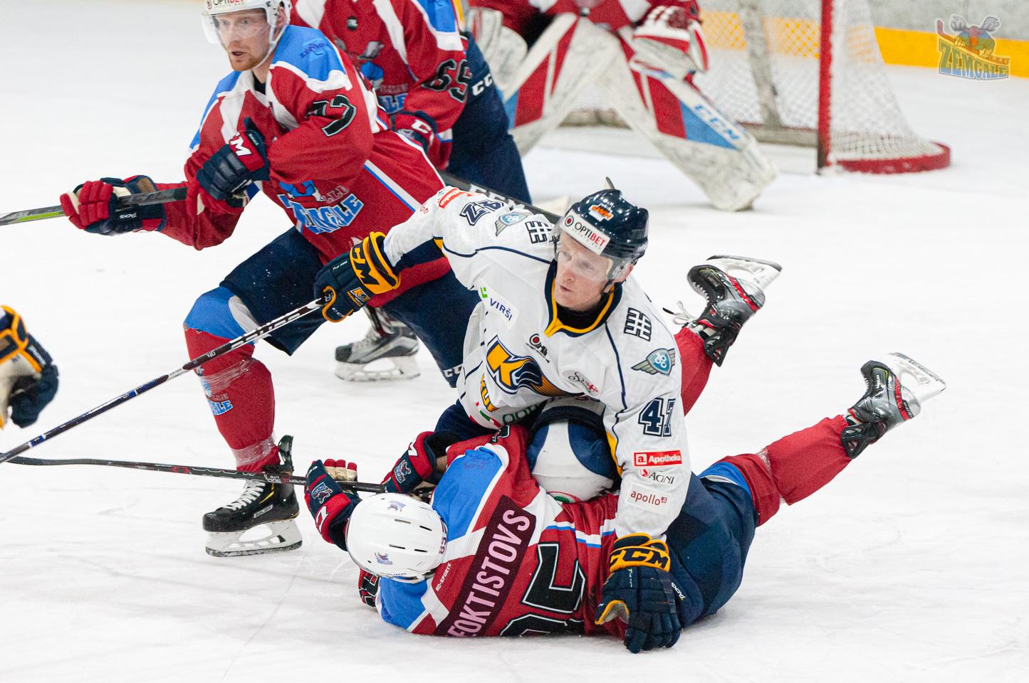 Hokejists ar spēka paņemienu nogāž pretspēlētāju