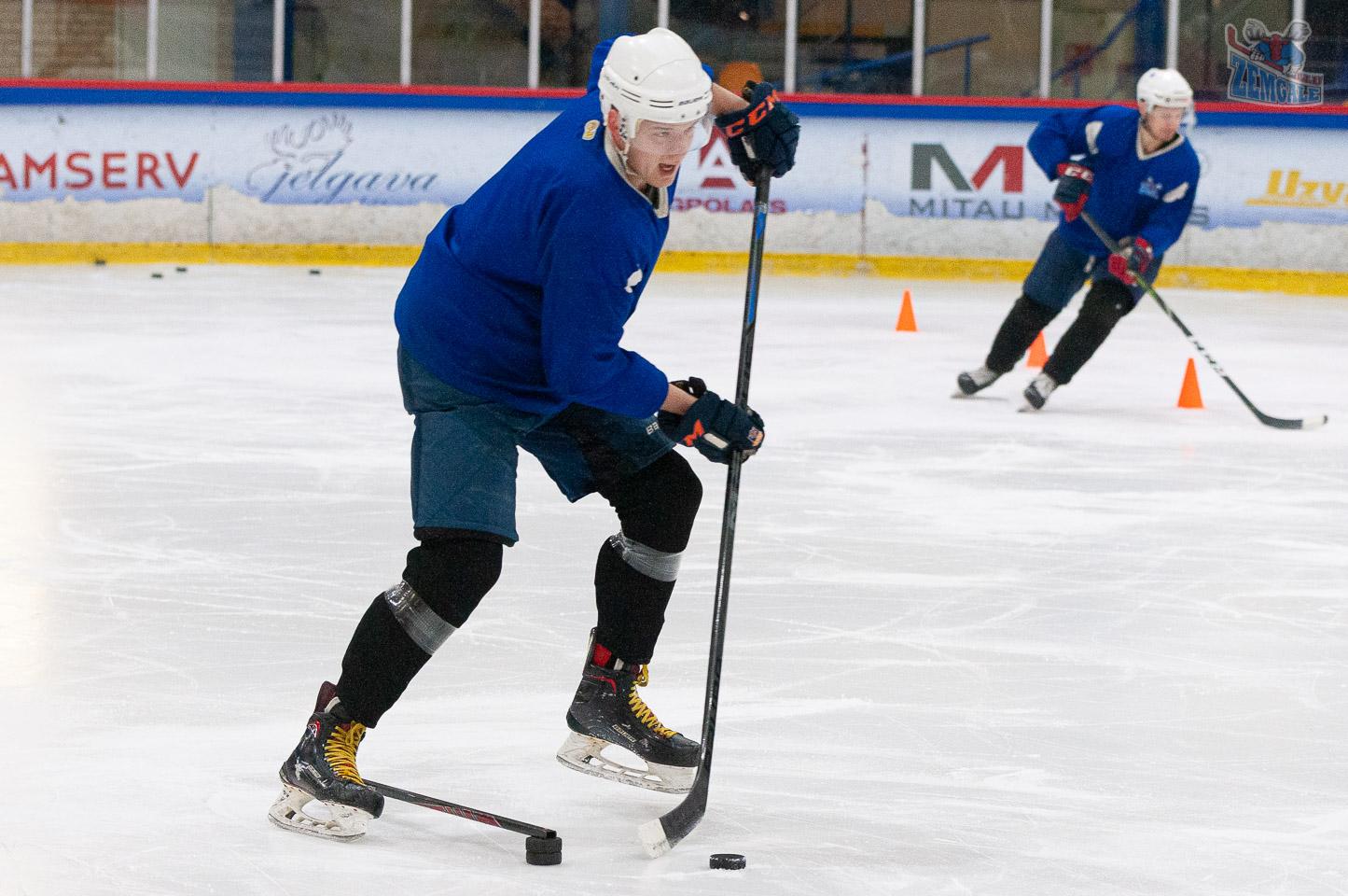 Hokejisti veic treniņa uzdevumu