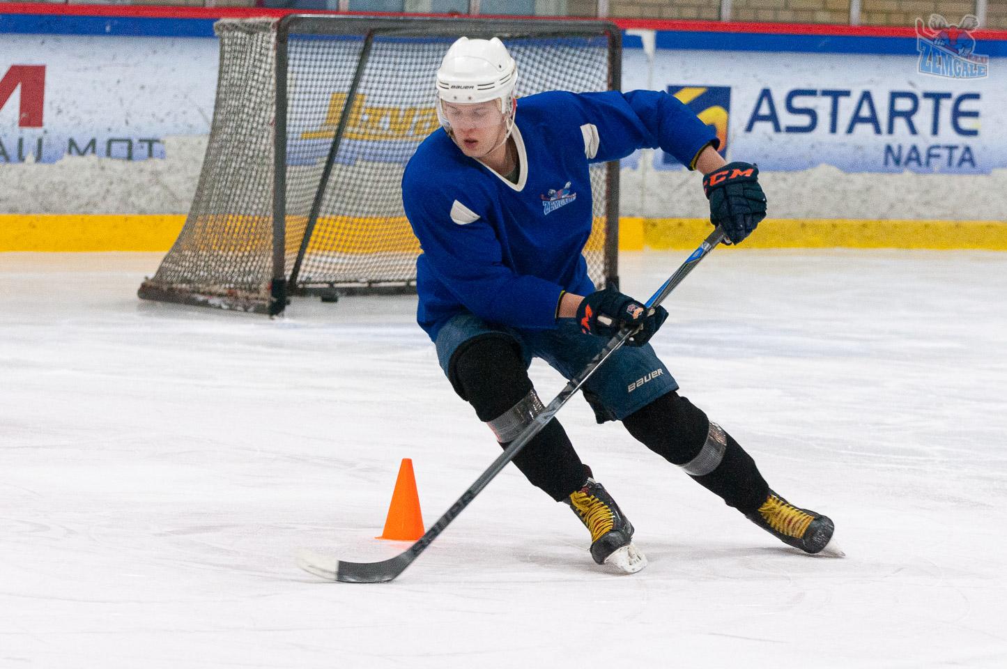 Hokejist ar nūju apslido konusu uz ledus