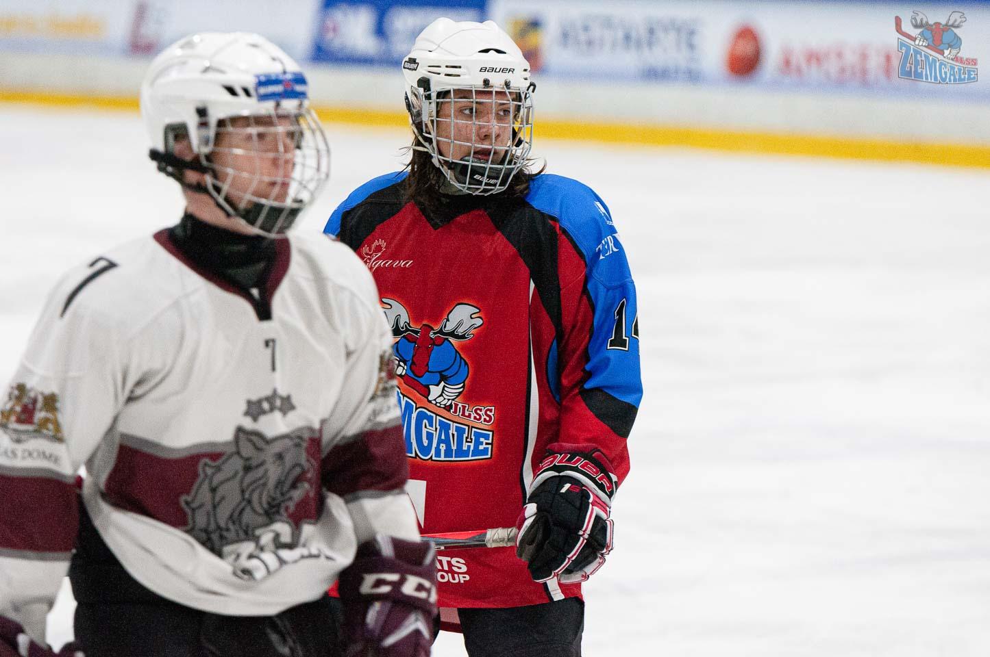 Divis hokejist ķiverēs ar restēm