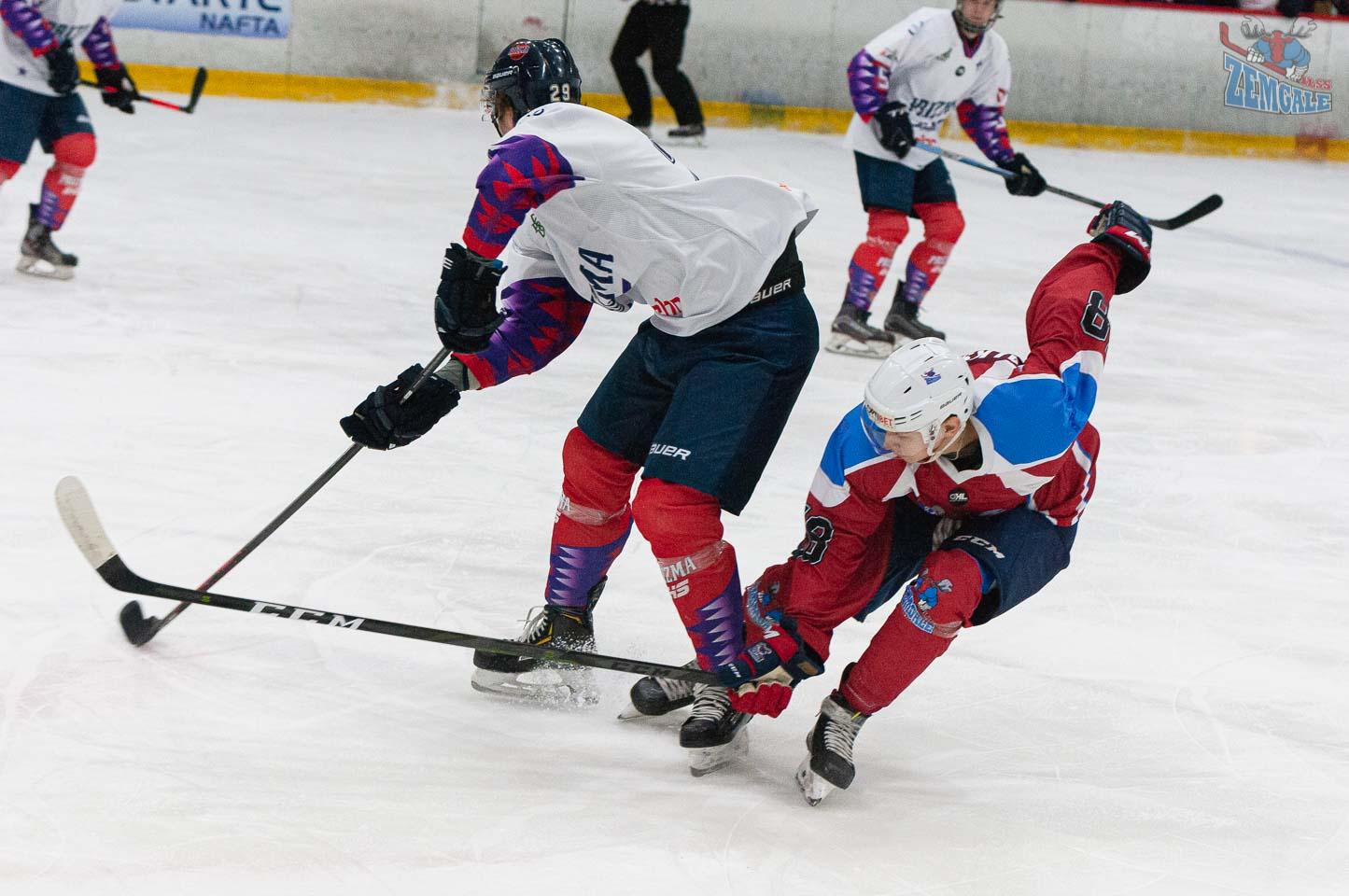 Hokejisti ar nūjām cīnās par ripu