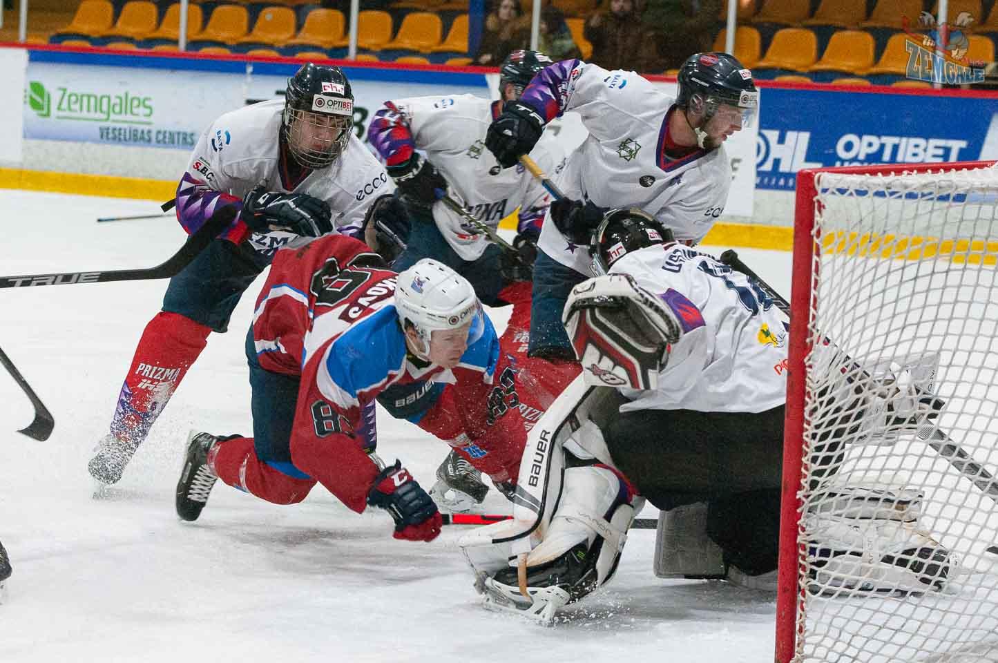 Hokejists nogāzts no kājām vārtu priekšā