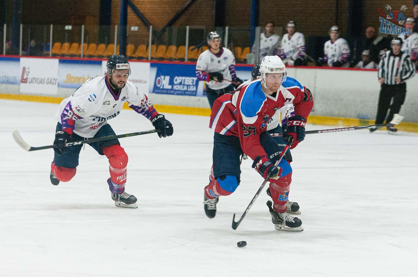 Aizsargi cenšas sadzīt hokejistu, kurš devies pretuzbrukumā