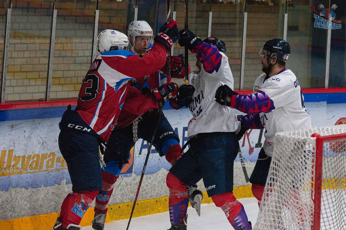 Hokejistu sadursme aiz vārtsarga vārtiem