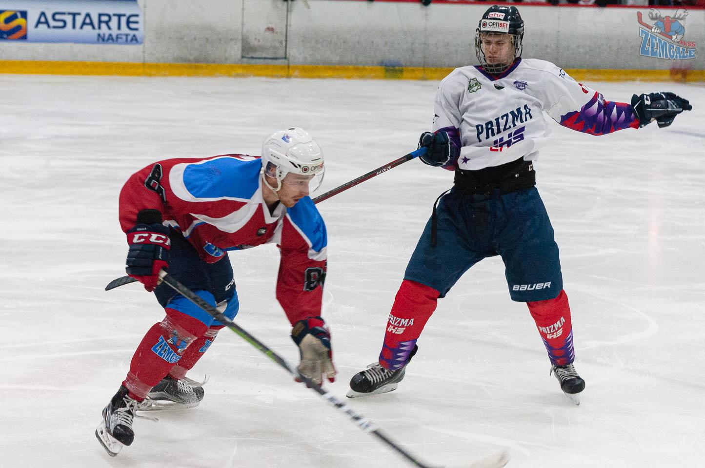 Divi hokejisti pēc savstarpējās sadursmes