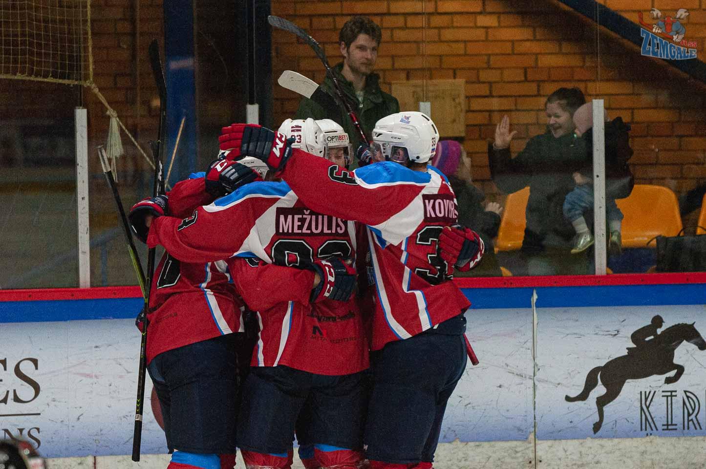 Hokejistu apskāvieni pēc gūtiem vārtiem