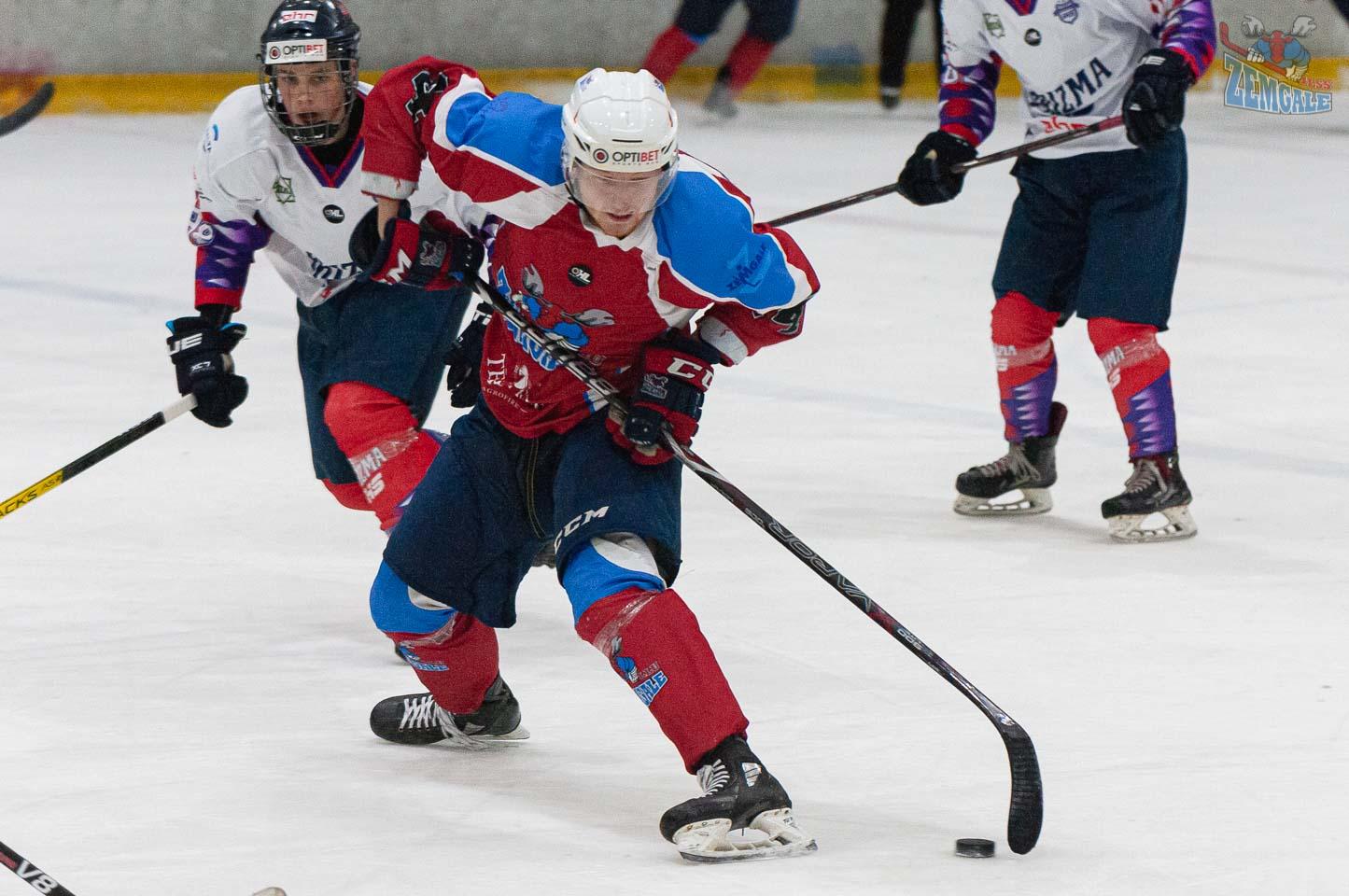 Hokejists ar roku kustību apspēlē pretinieku