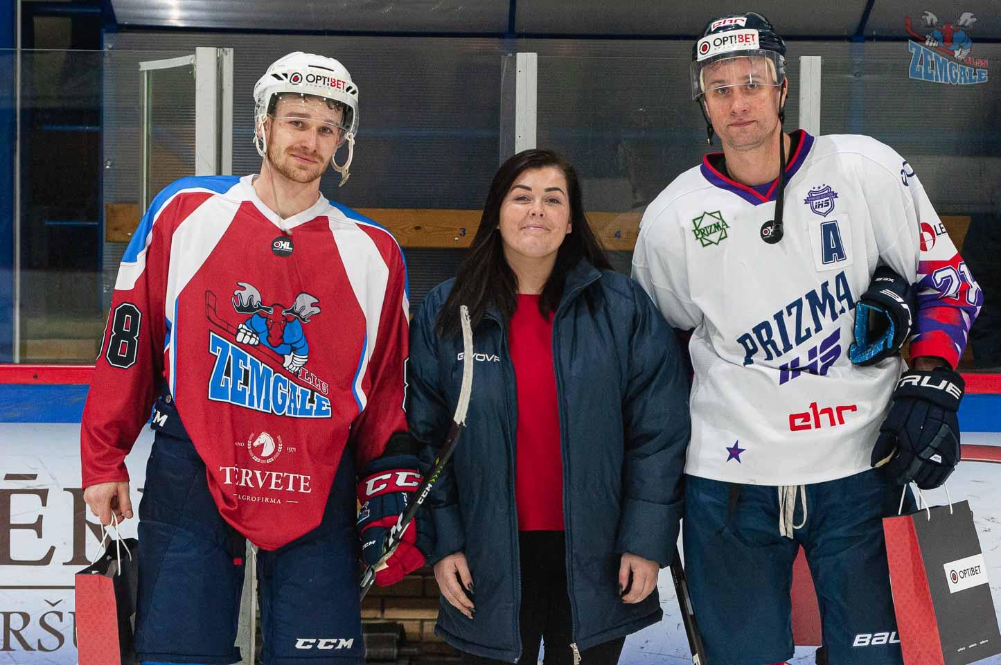 Labākie spēles hokejisti pozē kopā ar jaunu sievieti