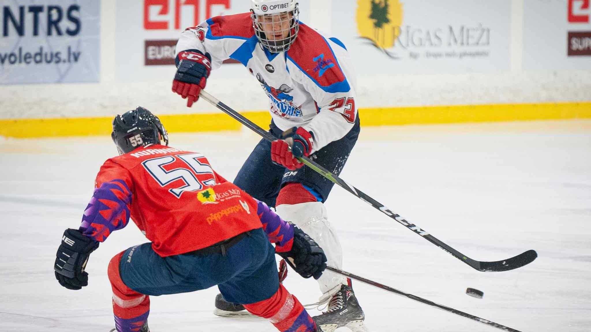 Hokejists krītot plati izpleš rokas