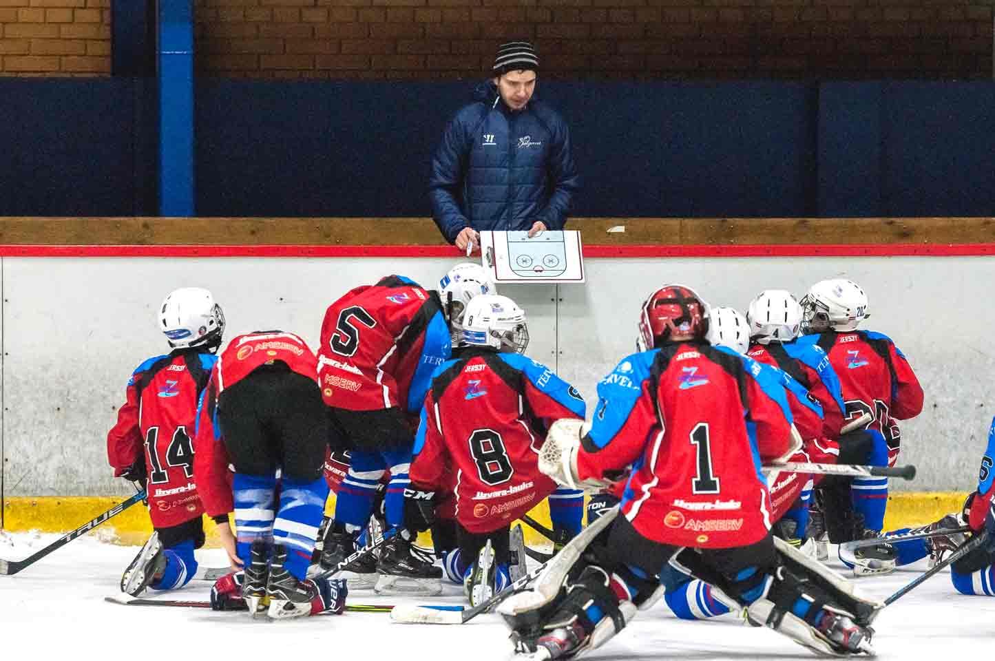 Hokeja treneris skaidro spēlētājiem taktisko zīmējumu